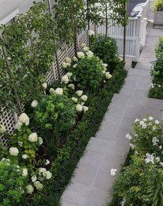 15 beautiful side yard garden path design ideas - Wholehomekover If you want . 15 beautiful side y Rose Garden Design, Small Garden Design, Small Formal Garden Ideas, Formal Garden Design, White Gardens, Small Gardens, Small Courtyard Gardens, Hampton Garden, Narrow Garden