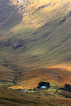 ✮ Cottage at the foothill of the colorful Connemara Mountains - Ireland
