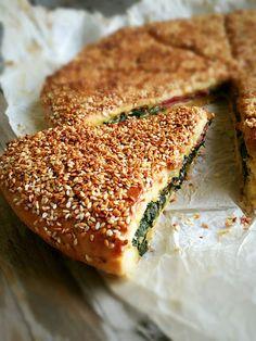 TEPSİDE PRATİK POĞAÇA NASIL YAPILIR? KOLAY POĞAÇA TARİFİ PRATİK POĞAÇA ISPANAKLI POĞAÇA Bazen tek tek şekil vermeye zamanımız olmaz ... East Dessert Recipes, Bakery Recipes, Desert Recipes, Easy Cooking, Cooking Recipes, Turkish Breakfast, Turkish Recipes, Ethnic Recipes, Savory Pastry
