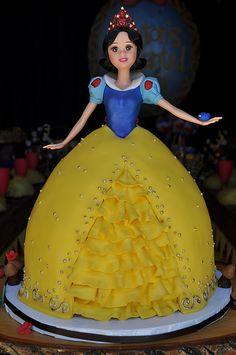 Snow White Doll Cake by jdesmeules (Blue Cupcake) Snow Cake, Snow White Cake, Snow White Doll, Bolo Barbie, Barbie Cake, Beautiful Cakes, Amazing Cakes, Cake Pops, Dolly Varden Cake