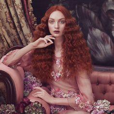 Sublime SpiritDie Herbst/Winter Kollektion Sublime Spirit von Aveda zeigt starke Frauen in zeitloser Eleganz und Klassik. Das Haar- und Make-up- Styling wird dabei passend zu den ästhetischen und prächtigen Kleidern kreiert. Die so entstandenen Fotografien gleichen wunderschönen Gemälden aus der…