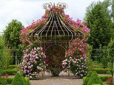 Цветы вокруг беседки на даче фото