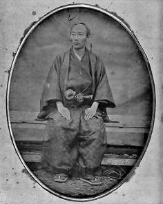 1854年通訳・名村五八郎の肖像。和服の襟と刀が左右逆になっている。撮影用に着替えずそのまま撮ったようだ。