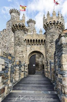 Templar Castle in Ponferrada Beautiful Castles, Beautiful Buildings, Beautiful Places, Chateau Medieval, Medieval Castle, Castle House, Castle Ruins, Places To Travel, Places To See