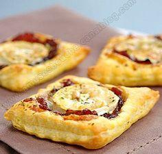 Pâte feuilletée, confit d'oignons aux framboises, fromage de chèvre, noix de pin, fines herbes