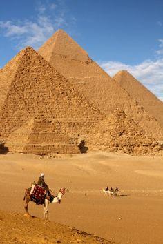 Gizeh, Egypte (Pyramides et Sphinx), UNESCO:  Trois pyramides de pierres de calcaires: Khéops (137m), Kephren(143.5m) et Mykérinos(63m). Situé dans la vieille ville de Memphis, ancienne nécropole d'Égypte où se trouvent beaucoup de tombeaux et sites archéologiques.    Sphinx: 14m de large, 73.5m de long et 20m de haut.