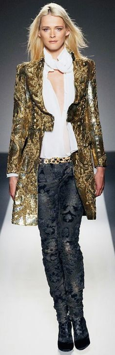 Balmain at Luxury & Vintage Madrid , the best online selection of Luxury Clothing , Accessories , Pre-loved with up to discount Gold Fashion, High Fashion, Fashion Show, Fashion Design, Couture Fashion, Runway Fashion, Womens Fashion, Christophe Decarnin, Overall