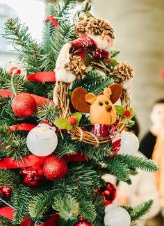 4 dicas para sua decoração de natal ser mais aconchegante - Follow the Colours Fresh Cut Christmas Trees, Live Christmas Trees, Christmas Wreaths, Christmas Ornaments, Snowflake Cutouts, Potted Trees, Floral Foam, Tree Decorations, Holiday Decor