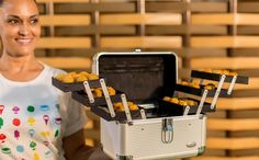 Pincéis de maquiagem e potes de creme viram enfeites e maneiras originais de servir as comidinhas