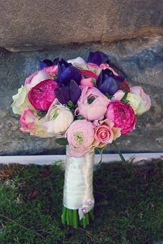 rosa- lila Brautstrauß im März mit Ranunkeln, Rosen und Anemonen