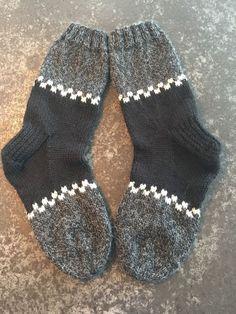 Kunne lett adopteres av blålysetatene…😍 – Kina – Ich Folge – Knitting And Crochet Knitting Socks, Hand Knitting, Knitting Patterns, Crochet Patterns, Patterned Socks, Designer Socks, Knitting For Beginners, Fair Isles, Knitting Projects