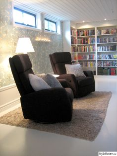 bokhylla,bibliotek,läshörna Living Room Lounge, Recliner, Bookshelves, Man Cave, Basement, Armchair, New Homes, Interior Design, Inspiration