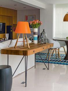 Sala estar, mesa de madeira atras do sofa, abajur