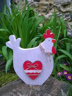 Pour les amoureux des poules ou en décoration pour Pâques , jai réalisé cette petite poule en bois à la scie à chantourner dans du bois dépaisseur 18 mm, ce qui permet de la poser où bon vous semble ! Peinte à la peinture aqueuse blanche esprit vintage, poncé pour un aspect vieilli, elle