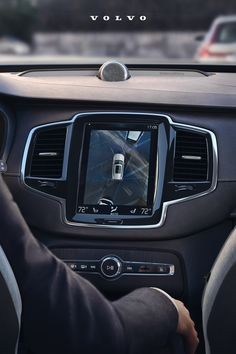 The available 360 Camera in the Volvo XC90 gives you a bird's eye parking view so you can move in and out of parking spaces with ease. Volvo V60, Cars Usa, Volvo Cars, Luxury Suv, Dream Cars, Bird, Birds