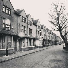 I know this street, it's in Ordsall, but I can't remember the name of it. Shirley Baker, Salford City, Vintage Children Photos, Remember The Name, Manchester England, Bad Memories, Modern History, Pictures Of You, Old Town