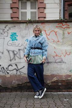 Outfit Inspiration: Kerstins neuer JOURlook mit Denim Jacke von Isabel Marant Étoile, gestrefitem Top von Acne Studios, schwarzem Taillengürtel, blauer navy Hose von No 21, Schuhe von Chucks Converse und transparenter Tasche von Chanel. #ootd #outfit #outfitinspiration #look #fashion #trend #style #denim #chanel #isabelmarant #acne #journelles #jourlook #blonde #spring