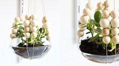Vous avez envie de mettre encore plus de verdure dans votre intérieur, mais n'avez plus de place sur vos meubles ou sur les rebords de vos fenêtres ? Et bien pourquoi ne pas, opter pour des plantessuspendues ? Avec le DIY que nous vous proposons de réaliser aujourd'hui, vous ...