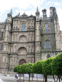 Hermosa fachada de la catedral nueva de plasencia. Gótica, del siglo XVI. El interior de la catedral custodia maravillas como el retablo mayor y la sillería del coro del maestro Rodrigo Alemán.