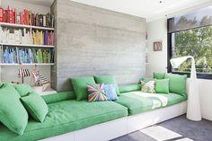 Sofá construído: de alvenaria, madeira ou outros materiais