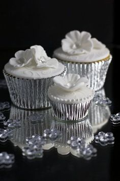Juliet Stallwood Cakes & Biscuits - Cakes and biscuits for all occasions Silver Cupcakes, White Cupcakes, Yummy Cupcakes, Wedding Cupcakes, Flower Cupcakes, Cupcake Logo, Cupcake Bakery, Cupcake Cookies, Tolle Cupcakes