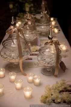 Tavolo per la confettata con confetti di diverso gusto bianchi in coppe di cristallo Sweet Table Wedding, Wedding Cakes, White Candy Bars, Baby Shower Cookies, Confetti, 50th Anniversary, 50th Birthday, Dessert Table, Wedding Centerpieces