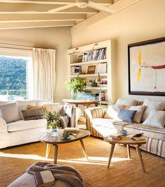 16-00457301. 16-Salón con dos sofás, dos mesitas redondeadas, cuadro grande y librería de obra 00457301