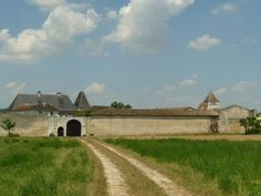 Château de Balzac: porche charentais.