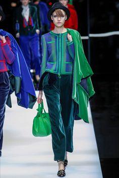 Giorgio Armani Fall 2017 Ready-to-Wear Fashion Show - Giorgio Armani Fall 2017 Ready-to-Wear Fashion Show Giorgio Armani Fall 2017 Ready-to-Wear Collection – Vogue Catwalk Fashion, Fashion Moda, Fashion 2017, High Fashion, Fashion Show, Womens Fashion, Fashion Design, Milan Fashion, Giorgio Armani