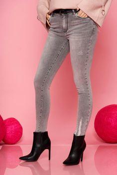 Colectia ta de jeans din sezonul acesta nu este completa fara aceasta pereche de jeansi clasica de culoare gri. Au croiul mulat, buzunare, se inchid cu fermoar si nasture. Suits, Jeans, Casual, Fashion, Moda, Fashion Styles, Suit, Wedding Suits, Fashion Illustrations