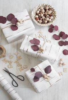 Beautiful & super easy DIY Christmas gift wrapping ideas, using upcycled brown paper & free natural materials to create festive designs that everyone loves! Creative Gift Wrapping, Creative Gifts, Wrapping Ideas, Wrapping Papers, Diy Holiday Gifts, Diy Gifts, Christmas Gift Wrapping, Christmas Diy, Merry Christmas