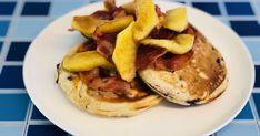 American pancakes zijn ideaal voor een feestelijk ontbijt of brunch. Met een klein beetje extra moeite maak je er iets heel speciaals van. De combinatie van de sappige bosbessen en de zachte appel gaat heerlijk samen met de crispy bacon; een mooi evenwicht van zout en zoet! Bacon, American Pancakes, Brunch, Fruit, Breakfast, Morning Coffee, Pork Belly