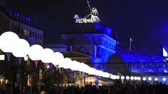 9 novembre 2014. L'Allemagne célèbre les 25 ans de la chute du Mur de Berlin. Une ligne reprenant le tracé exact de la frontière entre l'Est et l'Ouest s'illumine pour symboliser ce que représentait cette séparation.