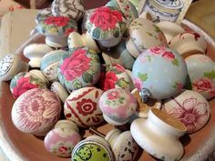 Decoupage knobs for a Shabby touch! Hobbies And Crafts, Diy And Crafts, Arts And Crafts, Paper Furniture, Painted Furniture, Decopage Furniture, Furniture Knobs, Craft Projects, Projects To Try