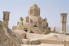 Beautiful place we visited in Borujerdi House roof, Kashan The Borujerdi House (Persian: خانهٔ بروجردیها Khāneh-ye Borujerdihā) is a historic house in Kashan, Iran. Beautiful Buildings, Beautiful Places, Teheran, Persian Architecture, Arabian Art, Sand Sculptures, Asia, Sand Art, Le Far West