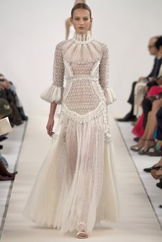 Valentino Haute Couture Show in New York. This is a special collection designed to celebrate the opening of the new flagship store in Fifth Avenue. The all white looks are a reference to Valentino. Style Haute Couture, Couture Fashion, Runway Fashion, High Fashion, Fashion Show, Fashion Design, Couture 2015, Trendy Fashion, Fashion Goth