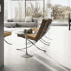 Inspire your décor with the curvilinear design language of the 1950s, brought to the modern day through this handsome oval side table. An iconic piece from Eero Saarinen