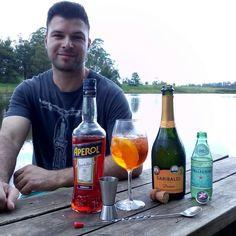 Drink de hoje  90 ml de  Espumante prosecco 60 ml de Aperol 30 ml de Agua com gás  5 Pedras de gelo  1/2 Rodela de laranja  Monte em um taça de vinho ou copo Largo . Foto e drink @drinklharia