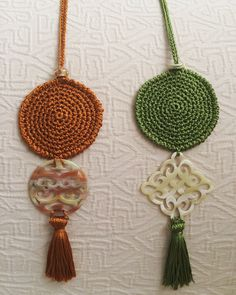 """A necklace with a lot of """"personality"""" macadamiarepublic handmade hechoamano cro - Her Crochet Crochet Woman, Love Crochet, Crochet Gifts, Crochet Yarn, Crochet Flowers, Neck Accessories, Crochet Accessories, Textile Jewelry, Fabric Jewelry"""