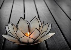 Istruzioni semplici per creare un portacandele fai da te a forma di fiore di loto e altre idee chic per decorare la tua casa.