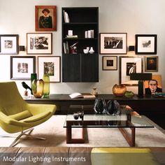 Dieses Retro-Wohnzimmer wurde durch eine grün-braune Farbgestaltung gemütlich eingerichtet. Die Bilderrahmen in Petersburger Hängung sind ein weiterer…