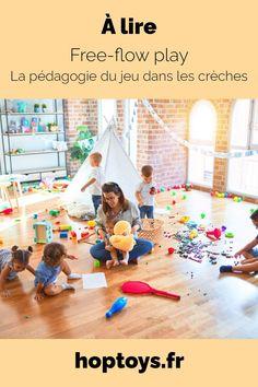 Depuis plusieurs années maintenant, les recherches dans le domaine du développement de l'enfant et de l'éducation ont énormément évolué. On repense la place de l'enfant et de l'adulte. On cherche l'épanouissement, le bien-être et l'autonomie de nos bambins. Le travail des professionnels de la petite enfance est par conséquent lui aussi au cœur de ces questionnements ! Nous voyons de plus en plus de crèches adeptes de la pédagogie du free-flow play. Reggio, Play, Free, Infancy