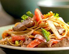 Tallarin saltado -recipe in Spanish Peruvian Dishes, Peruvian Cuisine, Peruvian Recipes, Gourmet Recipes, Cooking Recipes, Healthy Recipes, Cooking Time, Wok, Bolivian Food