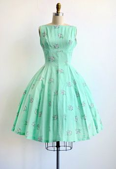 Vintage Mint Green Sundress with Pink Floral Clusters Vintage Outfits, Vintage 1950s Dresses, Vestidos Vintage, Retro Dress, Fashion Moda, 1950s Fashion, Vintage Fashion, Fashion Trends, 1950s Style