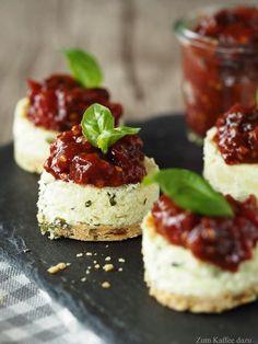 Herzhafte Mini-Cheesecakes mit Tomaten-Marmelade