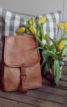 """Der kleine Rucksack für unterwegs. Mit """"Emerson"""" steht kleinen Stadtausflügen nichts mehr im Weg. Der Rucksack aus natürlich gegerbten Ziegenleder überzeugt durch sein kompaktes Platzangebot und sein tolles Vintage-Design - Lederrucksack - Gusti Leder - K57b"""