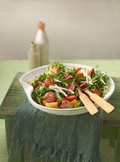 Italienischer Brotsalat - mit Baguette, Salami, Rucola, Tomaten und Parmesan