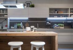 Debutto d'autore per la cucina Ki, nuovo progetto di Nendo sviluppato per Scavolini, interprete della vocazione internazionale che caratterizza oggi l'azienda. Sorprendente e innovativa, è frutto dell'esperienza costruttiva del brand pesarese e della ricerca formale del designer giapponese