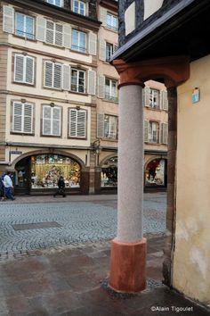 Le « Pilier de la Minceur » ou « Buchmesser (« mesure de bedaine » en dialecte alsacien). 10 place de la Cathédrale (Strasbourg). Le pilier soutient l'encorbellement de l'angle de la plus ancienne pharmacie de France (1268). Ce pilier de la minceur (1567) tire son nom d'une vieille tradition ayant eu cours dès le XIVè siècle : Si on parvenait à se glisser de profil dans l'espace entre le pilier et le mur : tout allait bien. Si on n'y parvenait pas, un régime s'imposait. (Photo Alain)…