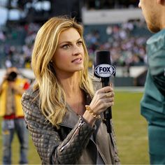 Erin Andrews is one of the forefront sideline reporters of the NFL. She got her start on ESPN's College GameDay and has since paved the way for female journalists in football. Blond, Erin Andrews, Eleanor, Elle Fanning, Athletic Women, Classy Women, Sports Women, Her Hair, Celebs